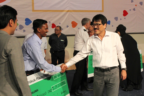 I was very happy with the organising committee's ability to raise over RM72,000 in a short time. My hand shake with Mr Vijay Baskar ( from PS The Children) after the mock cheques presentation ceremony was well captured by the cameraman.