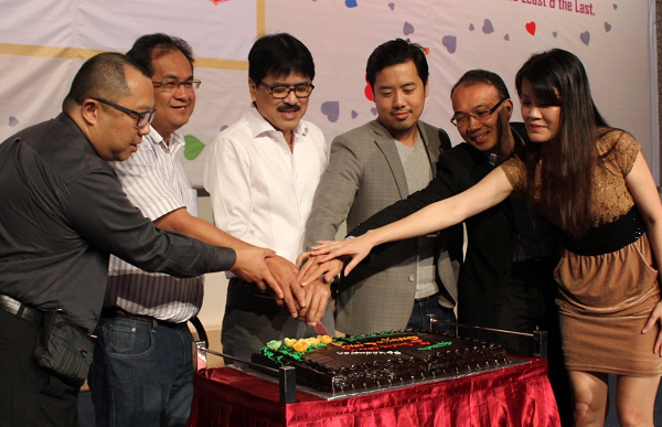 Members of the Executive Committee of Hiichiikok Foundation jointly cutting the birthday cake to start the celebration.
