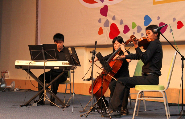Trigo Trio hailed from SEGi College Subang Jaya opened the night's entertainment with instrumental pieces from a combination of an electric keyboard, a cello and a violin.
