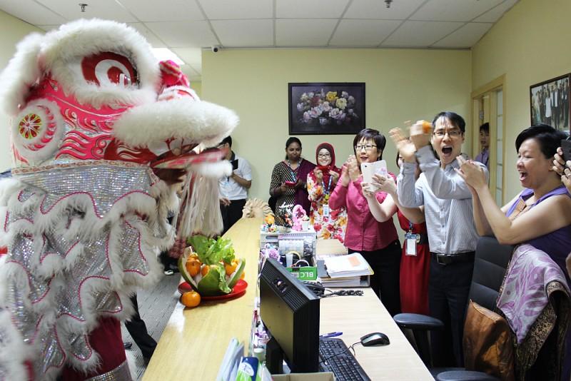 舞狮队走访了一些世纪大学的办公室,恭祝各工作人员马年好运。