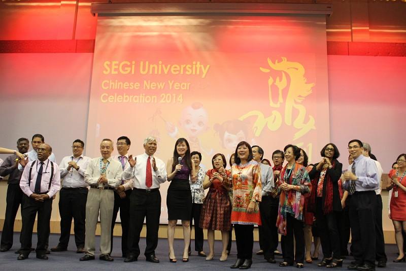 世纪大学集团的高层在台上向各界拜年及恭祝大家一个昌盛和美好的马年。