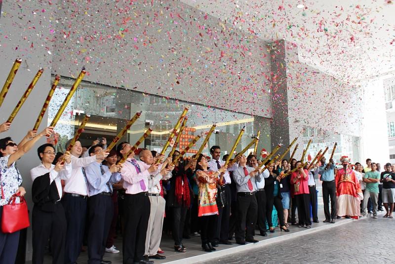 世纪大学集团的高层已起以一声巨响 开始了庆祝活动。
